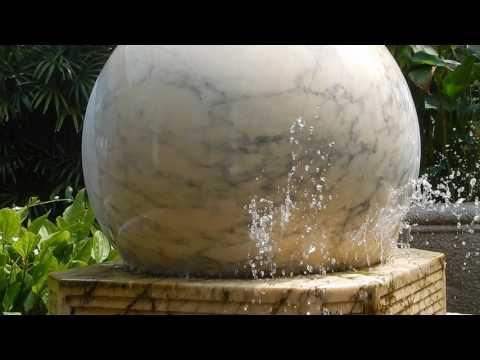 Fontána mramorová guľa detail Koh Samui